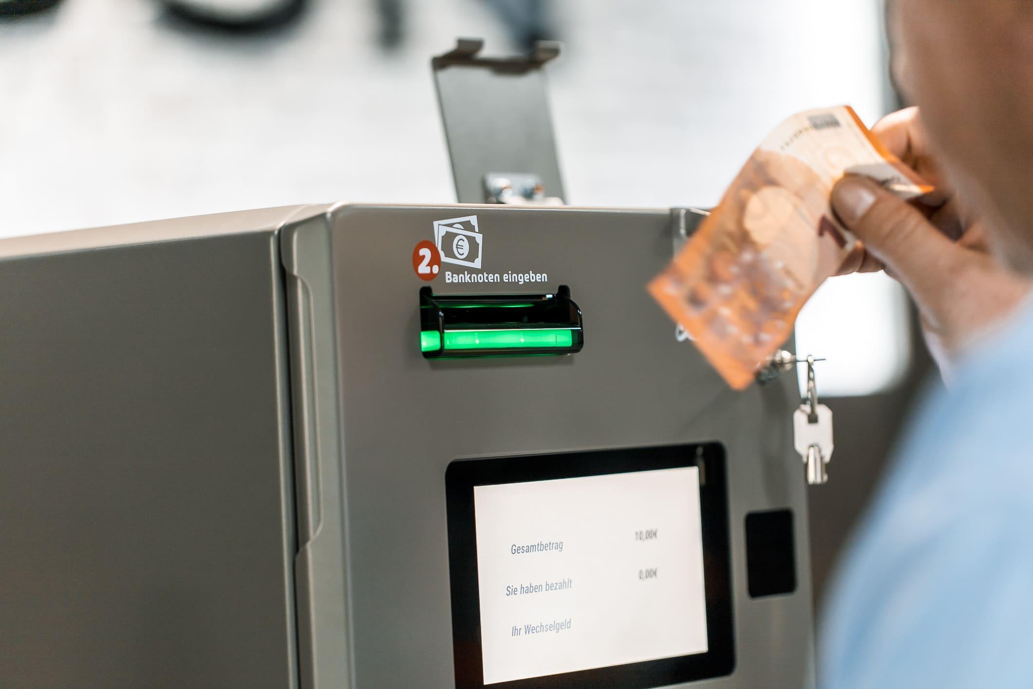 Banknoten Eingabe bei Kassenautomat PerfectMoney Vicky